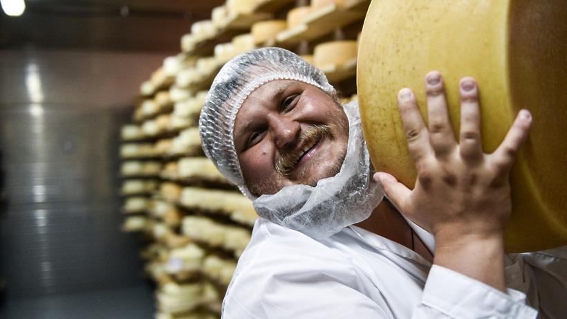 Олег Сирота подарил сыр школьнику, который получил двойку за нестандартное сочинение